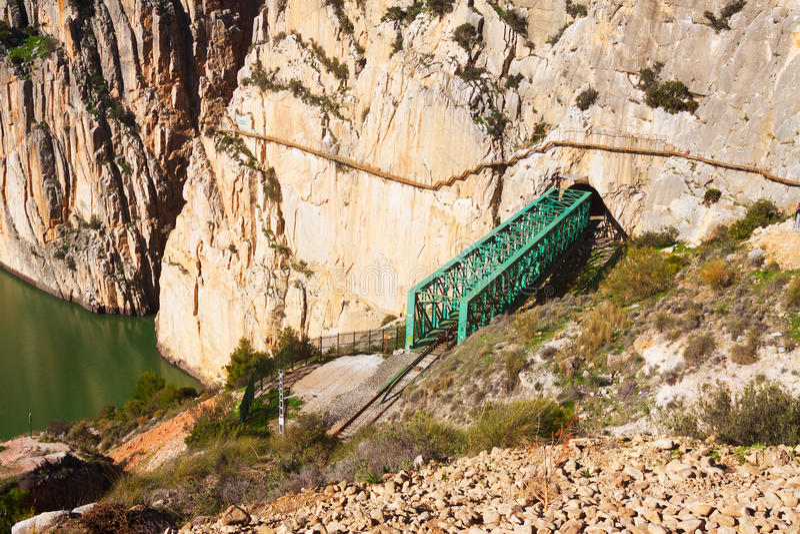 Spoorwegbrug in rotsachtig en Caminito del Rey royalty-vrije stock afbeeldingen
