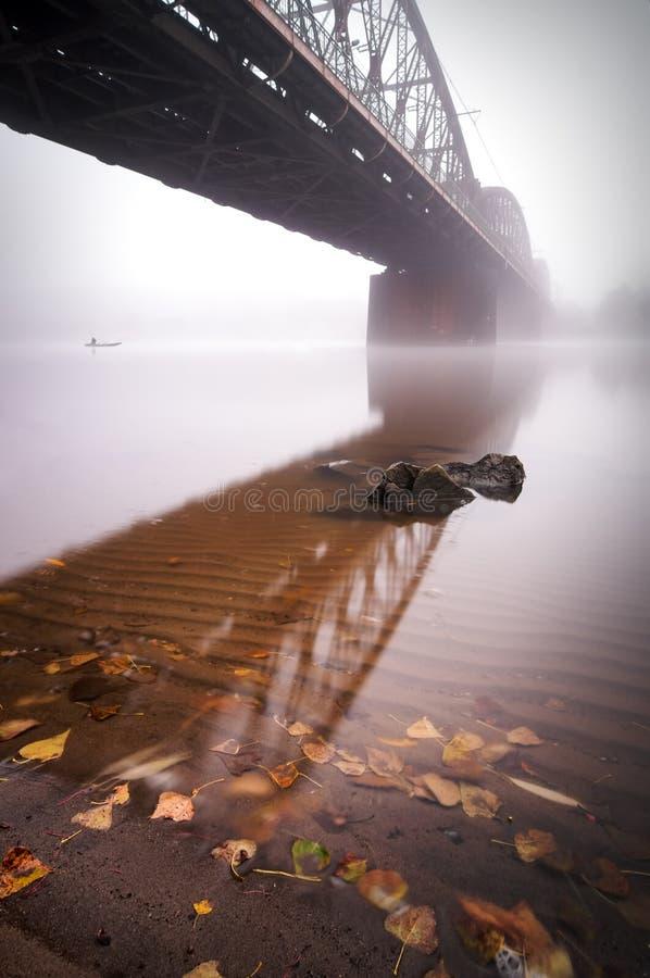 Spoorwegbrug tijdens mistige ochtend in Praag, Tsjechische republiek royalty-vrije stock afbeelding