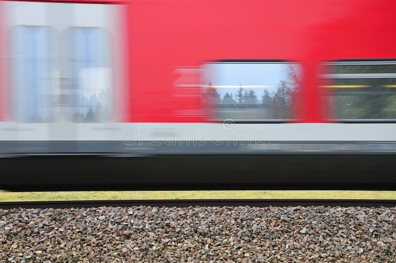 Spoorwegdijk met het overgaan van trein stock foto's
