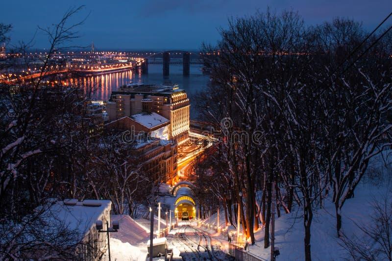 Spoorwegkabelbaan in de winterschemering, Kyiv, de Oekraïne royalty-vrije stock foto's