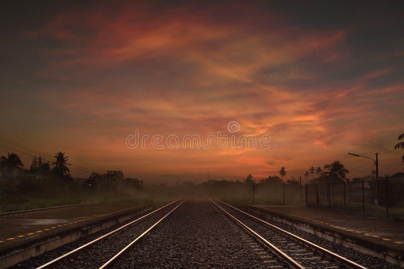 Spoorwegmanier bij de Schemer of in de Ochtend royalty-vrije stock fotografie