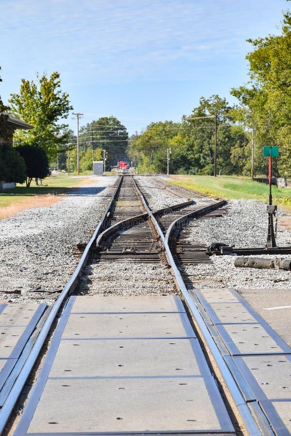 Spoorwegoverdracht dichtbij weg kruising stock afbeelding