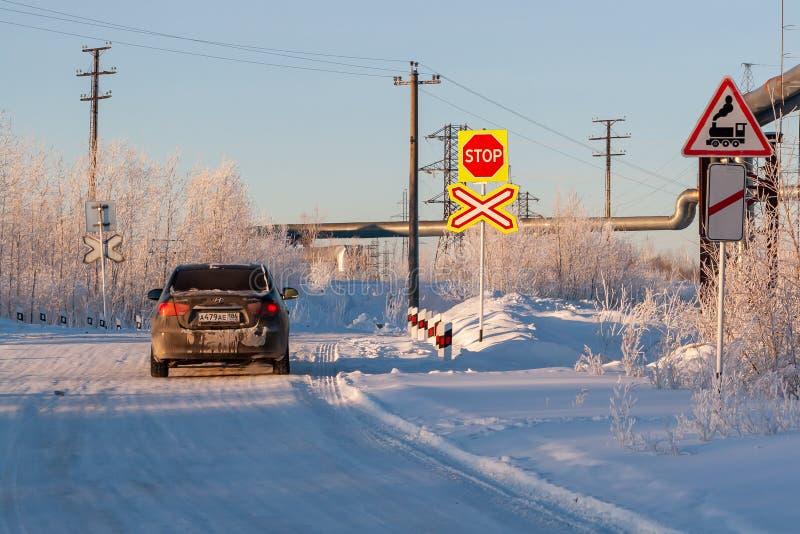 Spoorwegovergang in de winter Brede hoekmening en blauwe tint stock foto's