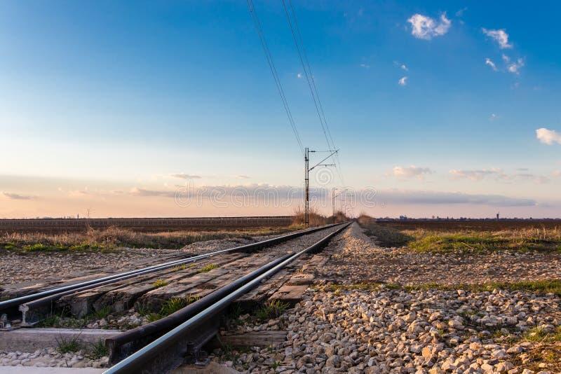 Spoorwegovergang dichtbij Novi Sad in Maart, Servië stock foto's