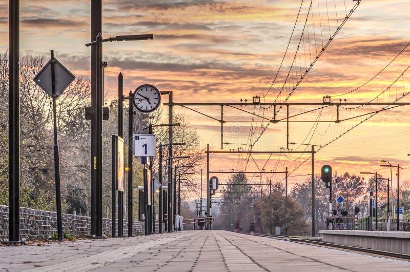 Spoorwegplatform bij zonsondergang royalty-vrije stock foto's