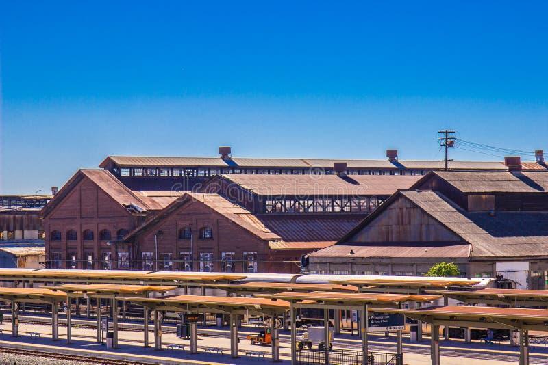 Spoorwegpost naast de Uitstekende Werf van het Spoorwegonderhoud royalty-vrije stock fotografie