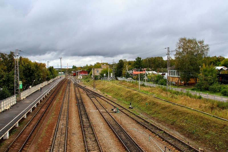 Spoorwegspoor tijdens de herfst mistige ochtend in platteland stock fotografie