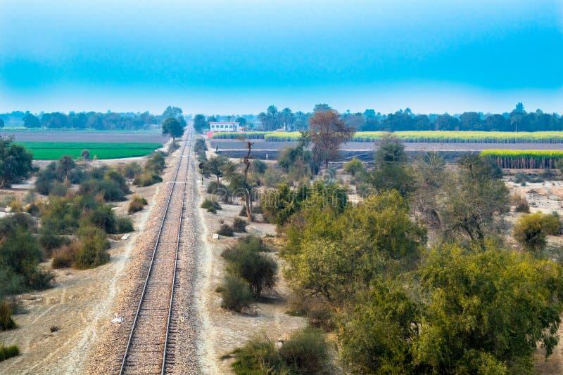 Spoorwegspoorlijn in het platteland van Pakistan royalty-vrije stock foto