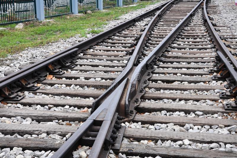 Spoorwegsporen die samen met Voorwaartse uitbreiding kruisen royalty-vrije stock fotografie