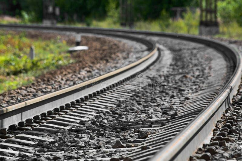 Spoorwegsporen die zich in de afstand uitrekken royalty-vrije stock afbeeldingen