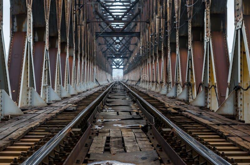 Spoorwegsporen op de ijzerbrug stock foto's