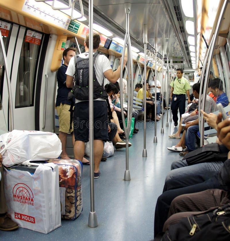Spoorwegtrein in de voorsteden binnen, Singapore royalty-vrije stock afbeelding