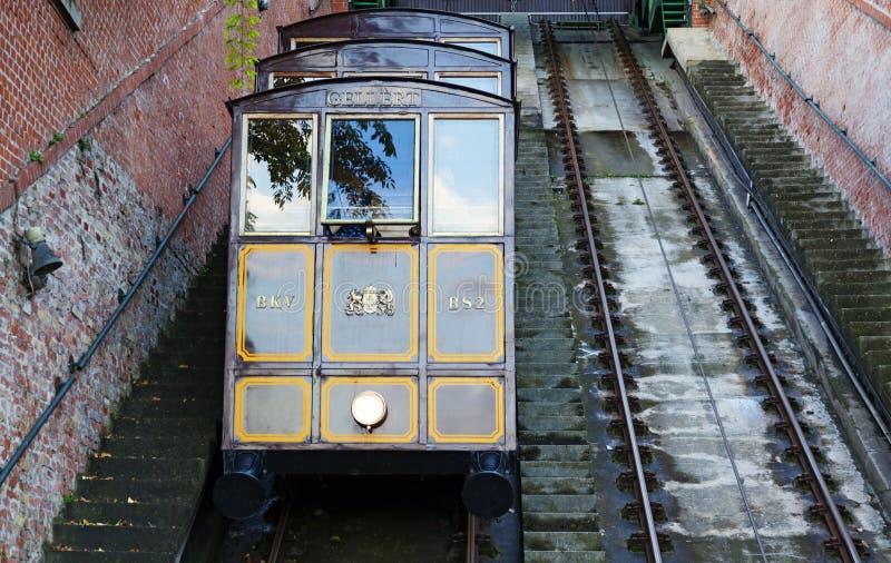 Spoorwegtrein die een steile berg in Boedapest uitgaan stock fotografie