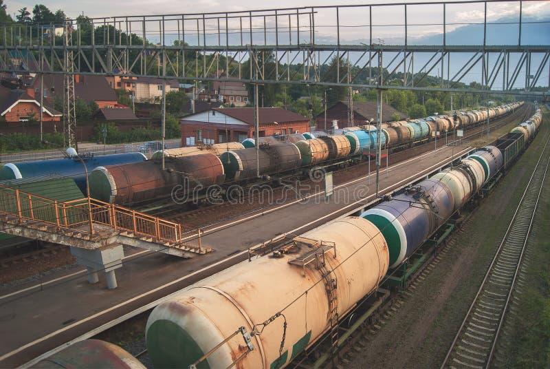 Spoorwegvervoer, toerismereis Het platform en de post van de avondspoorweg Industrieel concept, de achtergrond van de ladingsgoed royalty-vrije stock afbeeldingen