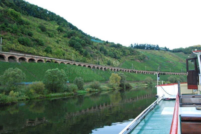 Spoorwegviaduct op de rivier van Moezel dichtbij Zell royalty-vrije stock afbeelding