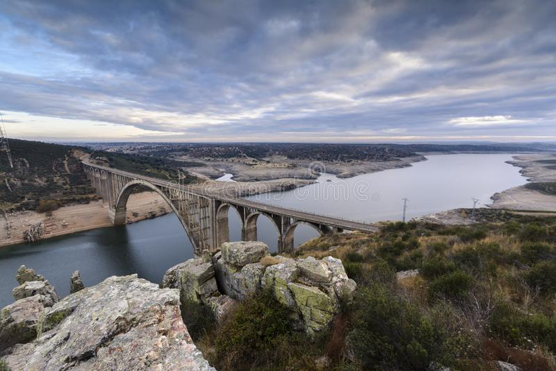 Spoorwegviaduct in verrichting over de Esla-rivier royalty-vrije stock fotografie