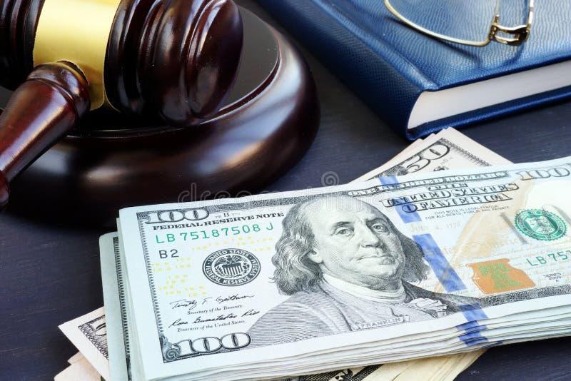 Spora sądowego finanse Młoteczka i dolara banknoty Kaucj więzi obraz royalty free