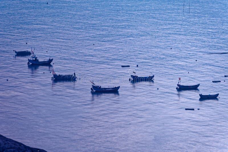 Sporadycznie łódź rybacka - Xiapu sceneria zdjęcie royalty free