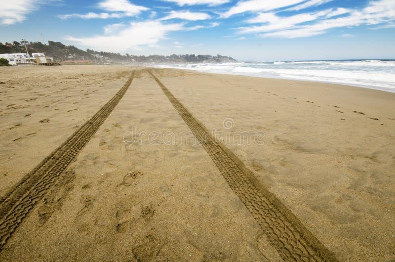 Sporen in het zand royalty-vrije stock afbeeldingen
