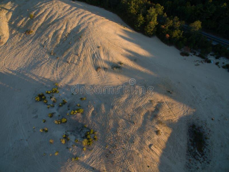 Sporen in het zand stock foto