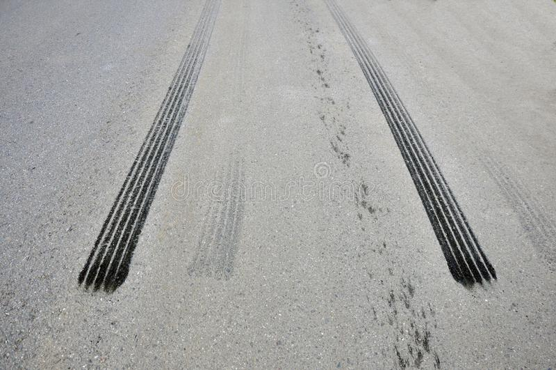 Sporen van de band van noodsituatie het remmen op asfalt stock afbeelding
