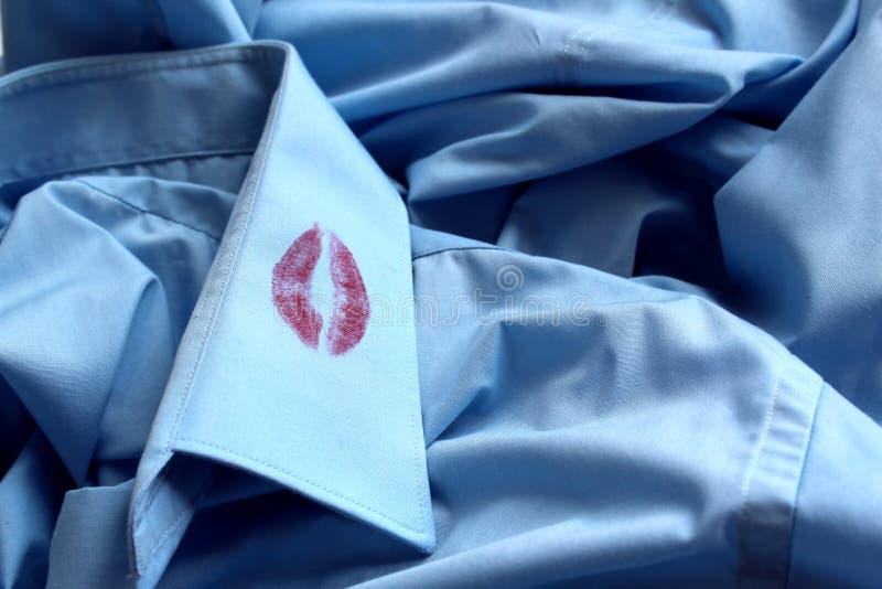 Sporen van lippenstift op de kraag van een mensen` s overhemd stock afbeelding