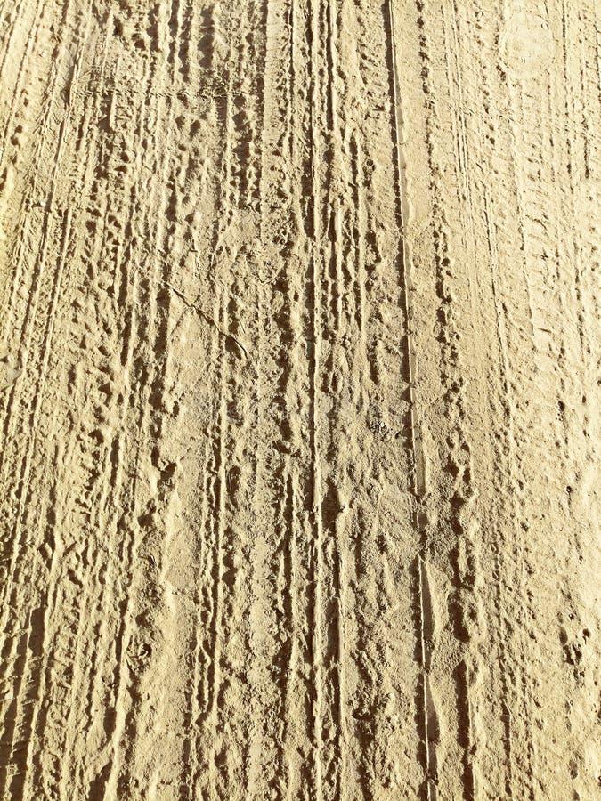 Sporen van loopvlak op het zand royalty-vrije stock afbeeldingen