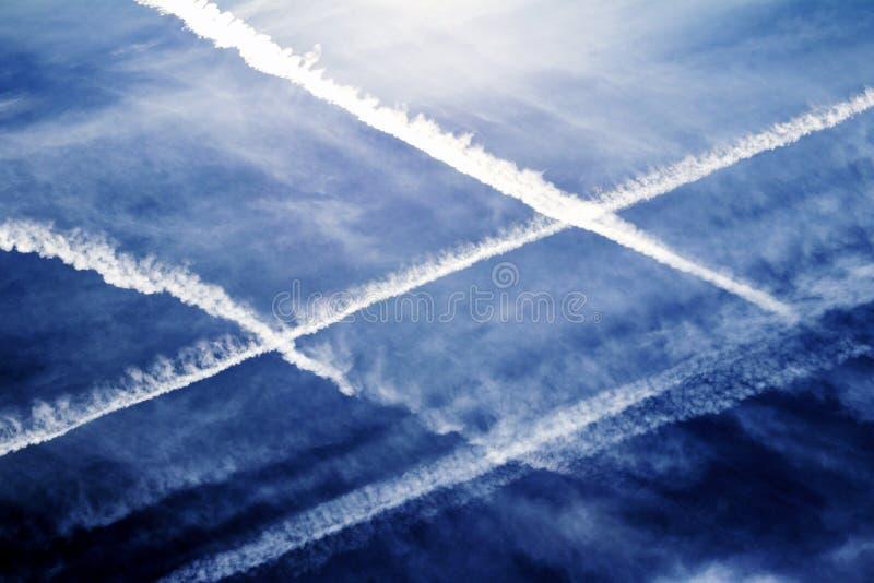 Sporen van luchtverkeers de verstopte Vliegtuigen in blauwe Hemel stock foto's