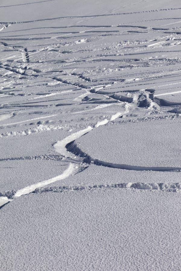 Sporen van skis en snowboards in nieuw-gevallen sneeuw royalty-vrije stock afbeeldingen