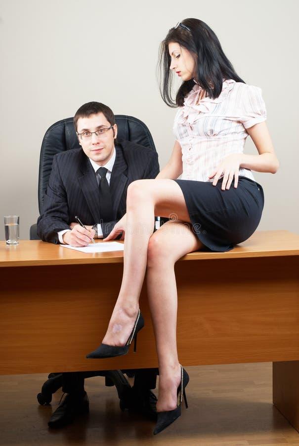 Sporgenza e lui segretaria immagine stock