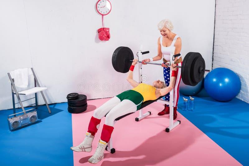 sporive starsze kobiety ćwiczy z barbell fotografia stock