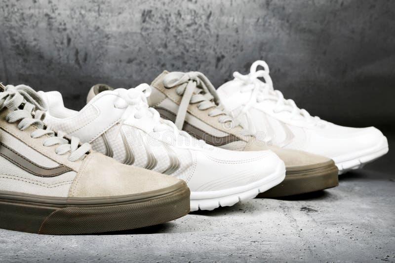 Sportów buty na betonowym tle zdjęcie stock