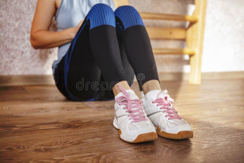 Sportów buty zmęczona dziewczyna fotografia stock