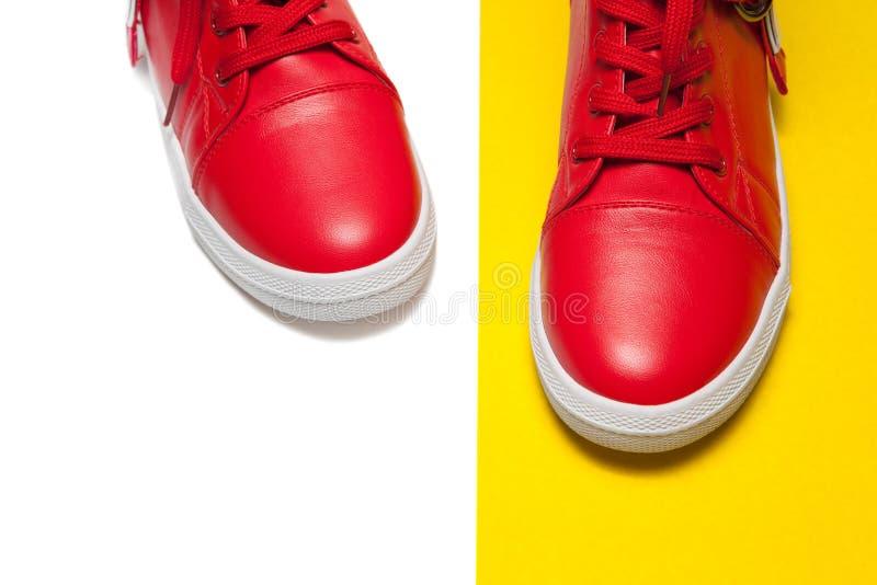 Sportów rzemienni sneakers odizolowywający na białym tle zdjęcia stock