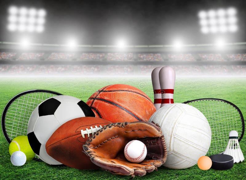 Sportów wyposażenie, kanty i piłki w stadium tle, obrazy royalty free