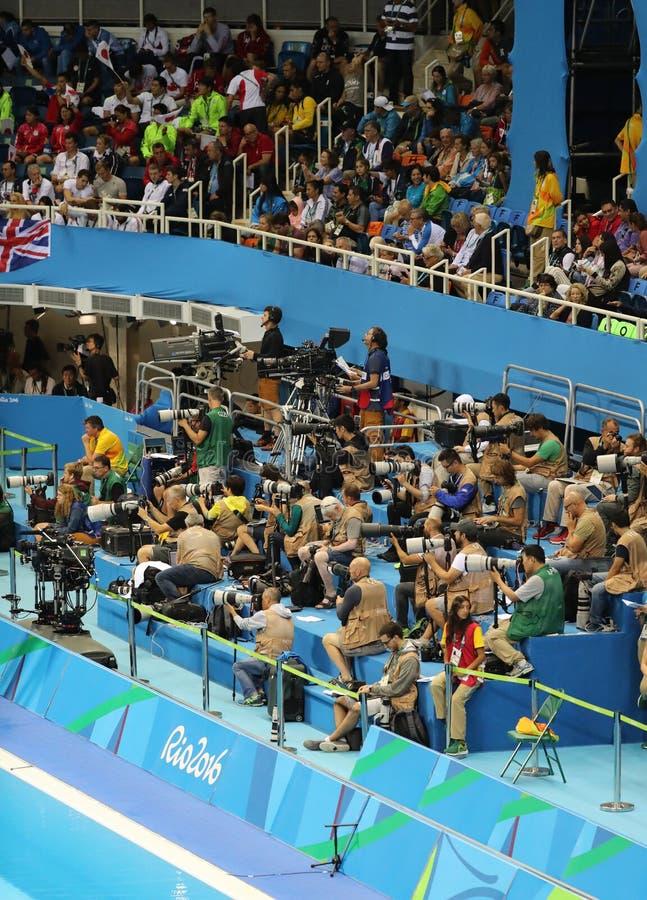 Sportów zawodowych fotografowie podczas Rio 2016 olimpiad przy Olimpijskim Aquatics stadium obrazy royalty free