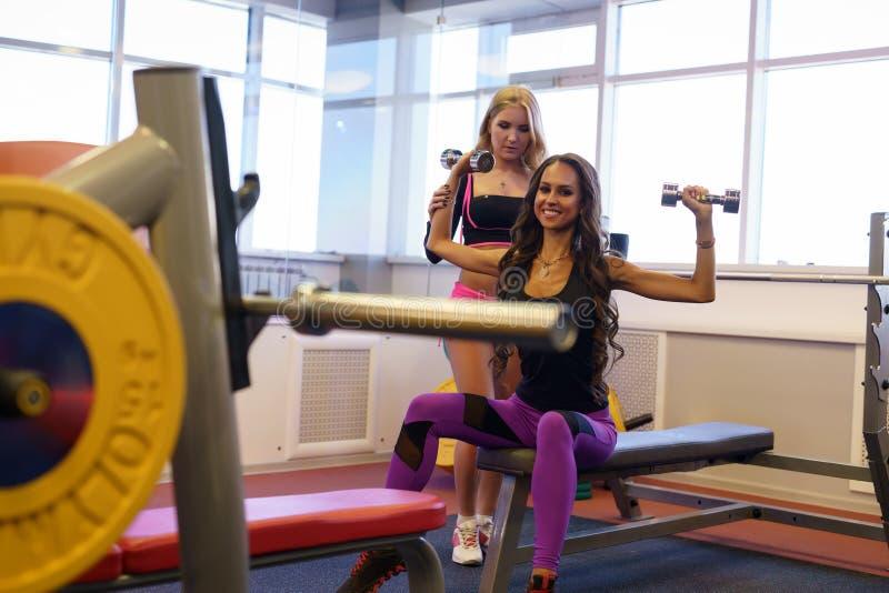 sport Śliczne dziewczyny trenuje w sprawność fizyczna pokoju obrazy stock