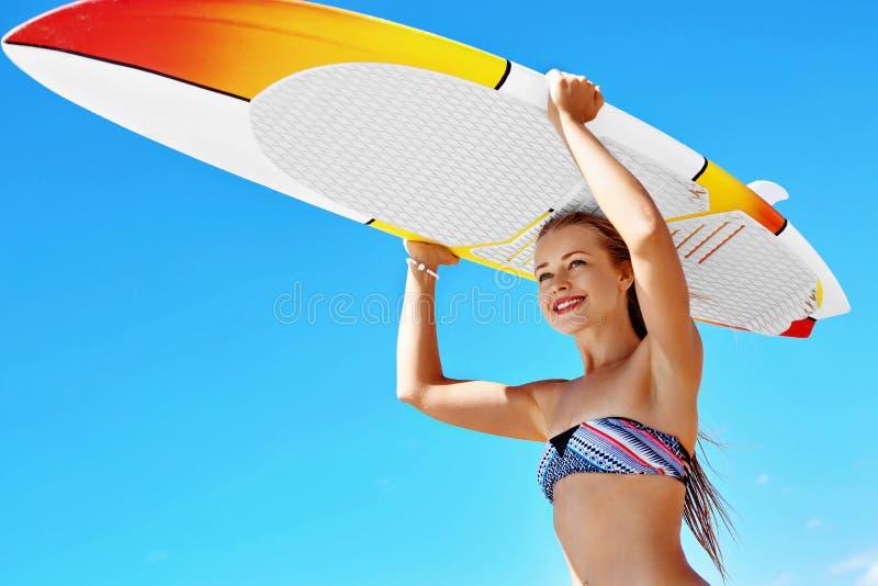 Sport acquatici ricreativi di estate Praticare il surfing Donna con il surf fotografia stock libera da diritti