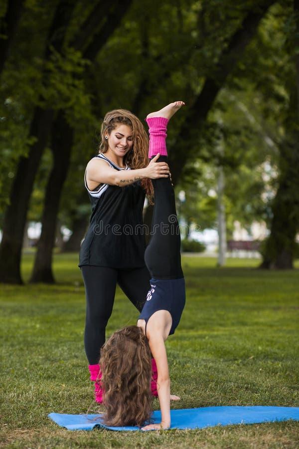 Sport adolescent actif Étirage de l'exercice images libres de droits