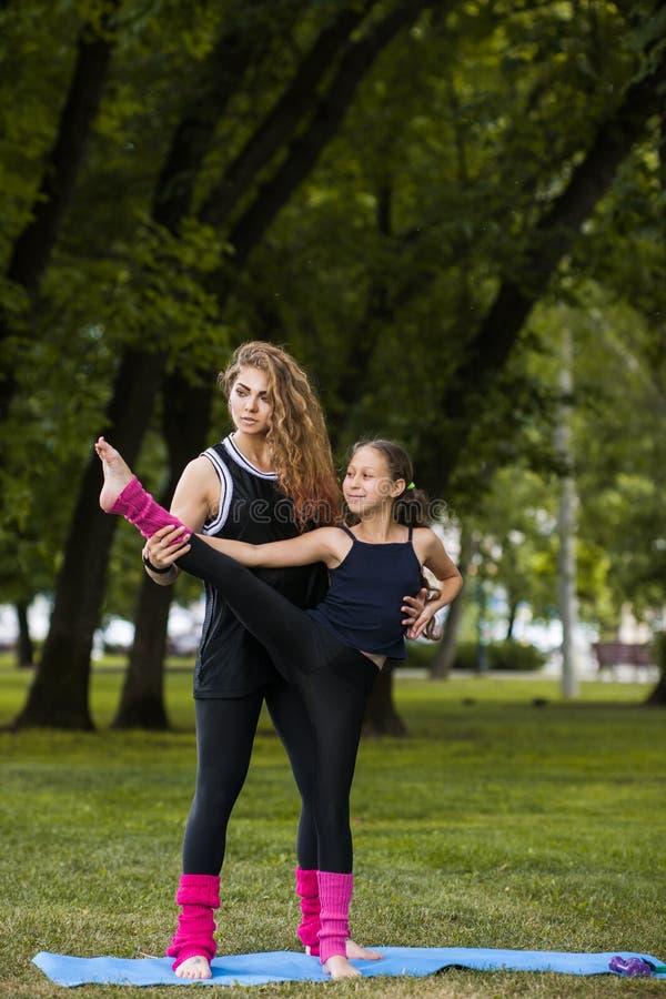 Sport adolescent actif Gymnastique de travail d'équipe de famille images libres de droits