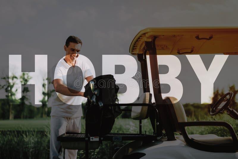 Sport als Hobby  Mann spielt Golf   luxus lizenzfreie stockfotos