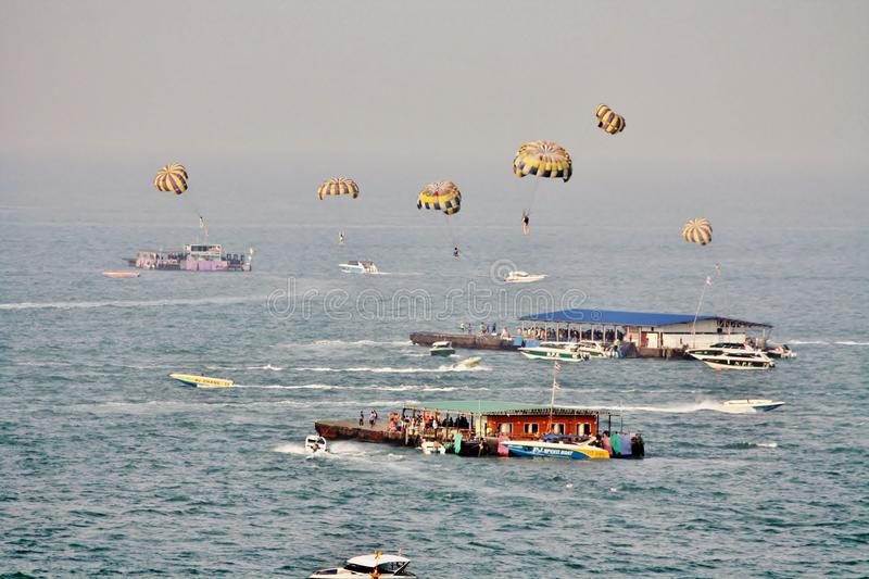 Sport aquatique de parachute, ville de Pattaya, province de Chonburi, Thaïlande photo stock