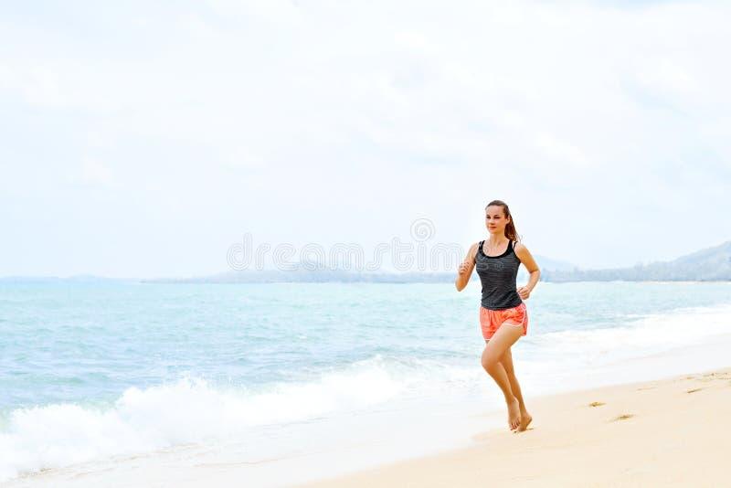sport Athlet Jogging On Beach Eignung, trainierend, gesundes L lizenzfreie stockfotos