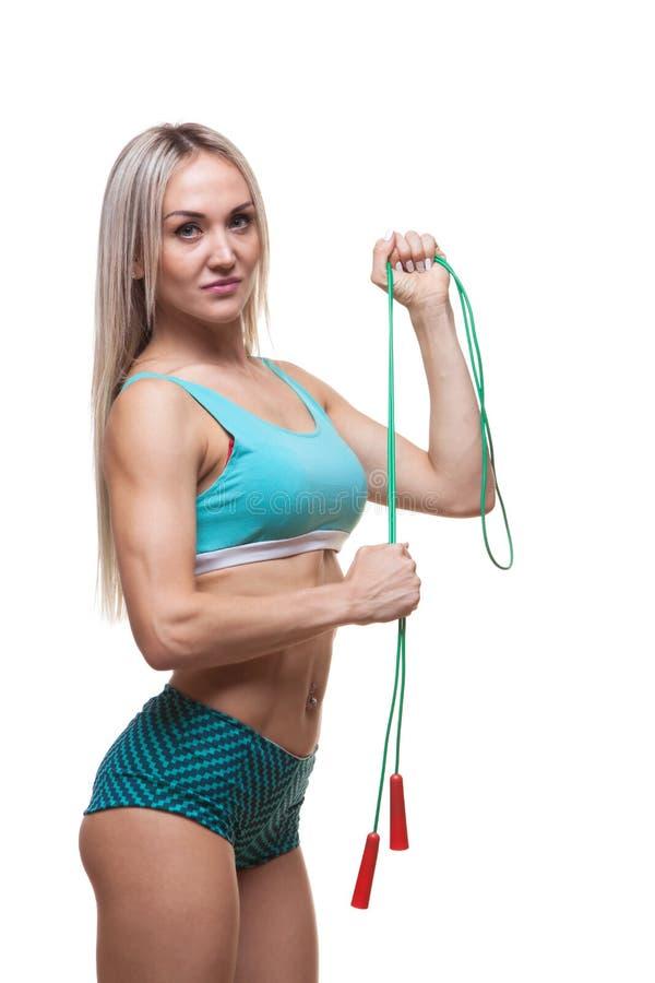 Sport, attività Donna sveglia con il salto della corda Fondo muscolare di bianco della donna immagini stock libere da diritti