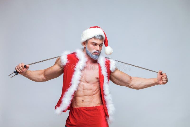 Sport, attività Santa Claus sexy con il salto della corda Giovane musc immagine stock