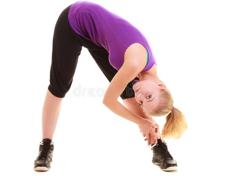 sport Böjlig konditionflicka som gör sträcka övning arkivfoton