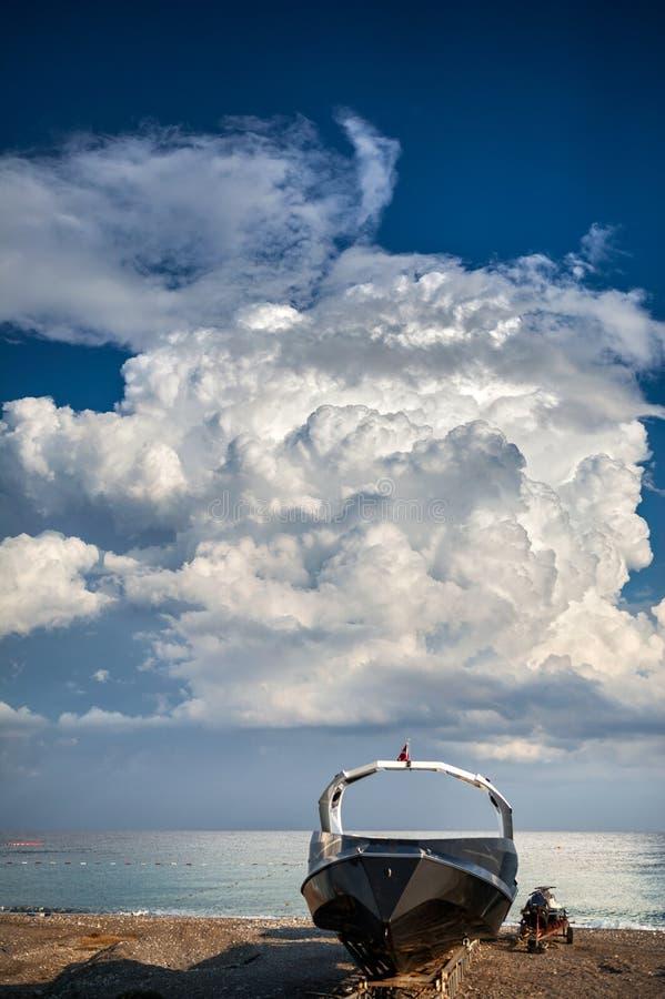 Sport barca e motorino sulla spiaggia fotografie stock libere da diritti