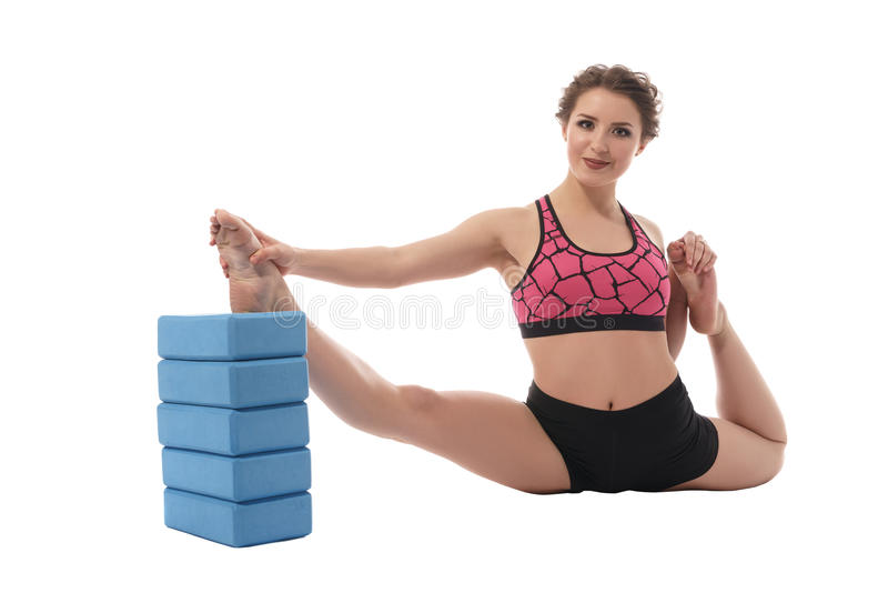 sport Bild der Frau ausdehnend mit Ziegelsteinen lizenzfreies stockbild