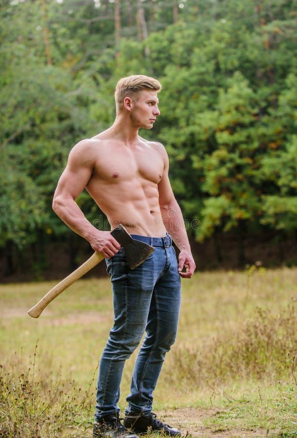 Sport Bodybuilder zeigt seine Muskeln Kraft Lumberjack Carry männlicher starker Körper muskulöser Mann mit Axt stockbilder