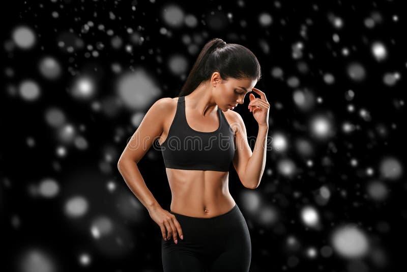 Sport Concept van de het lichaams het sterke en mooie Winter van de vrouwensport met royalty-vrije stock afbeelding